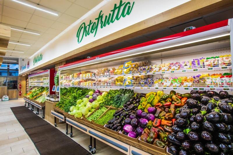 Отдел фрукта и овоща с многочисленными разнообразиями стоковые фото