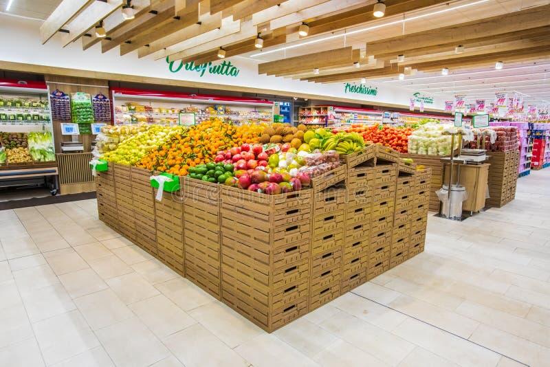 Отдел фрукта и овоща с многочисленными разнообразиями стоковая фотография rf