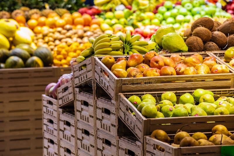 Отдел фрукта и овоща с многочисленными разнообразиями стоковое фото rf