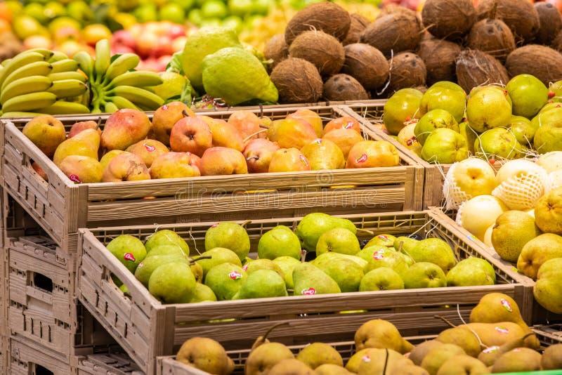 Отдел фрукта и овоща с многочисленными разнообразиями стоковое изображение rf