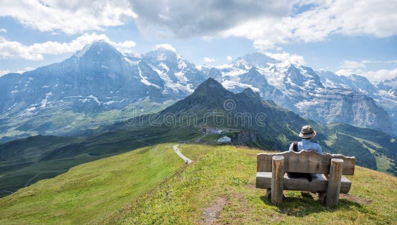 Отдыхающ на стенде mannlichen гора, взгляд к известному eiger пиков стоковое изображение