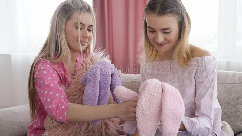 Отдых игрушки девушки ребячьего образа жизни предназначенный для подростков ребяческий стоковое изображение rf
