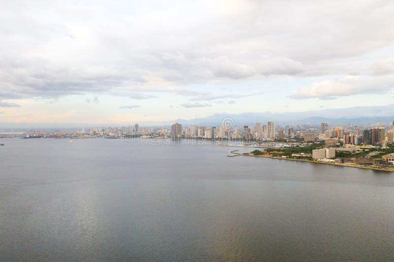 Отель Manila city с видом сверху Панорама большого портового города Город с современными зданиями и небоскребами стоковые фотографии rf