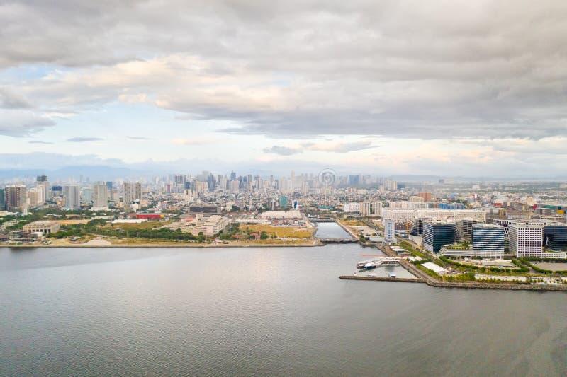 Отель Manila city с видом сверху Панорама большого портового города Город с современными зданиями и небоскребами стоковые изображения rf
