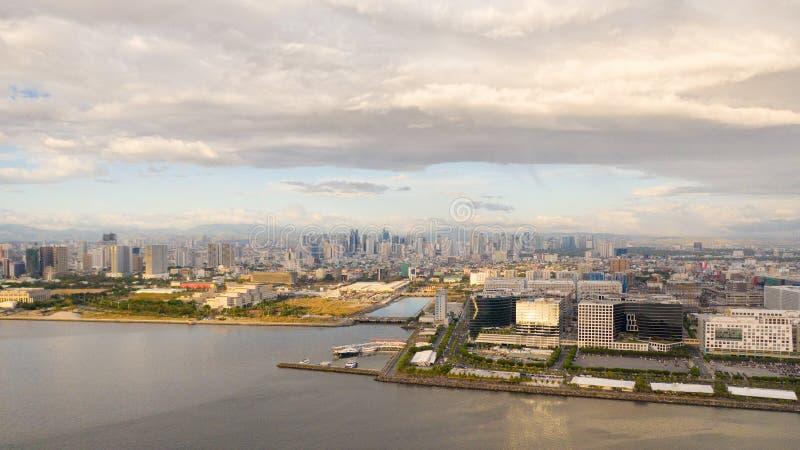 Отель Manila city с видом сверху Панорама большого портового города Город с современными зданиями и небоскребами стоковые фото