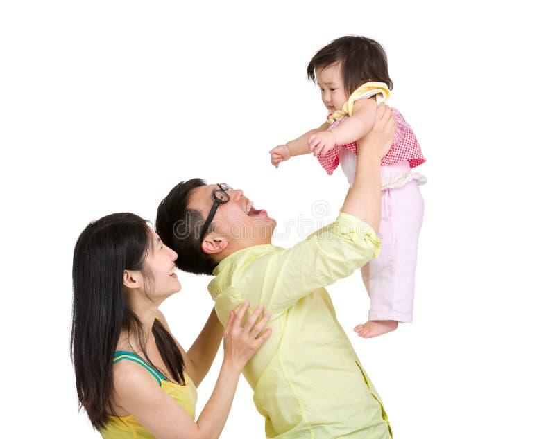 Отец бросая маленькую дочь в воздухе стоковое фото rf