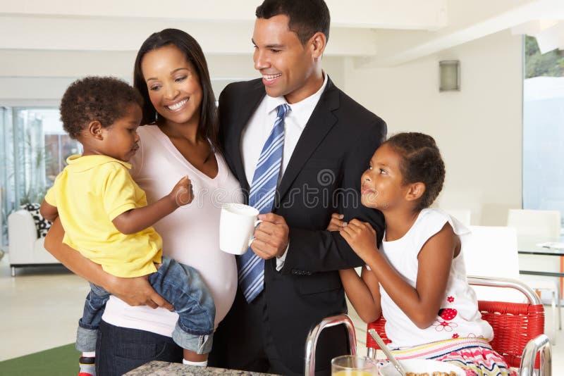 Отец выходя завтрак семьи для работы стоковые изображения rf