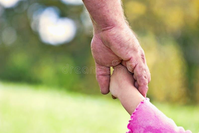 отец дочи вручает s стоковое фото rf