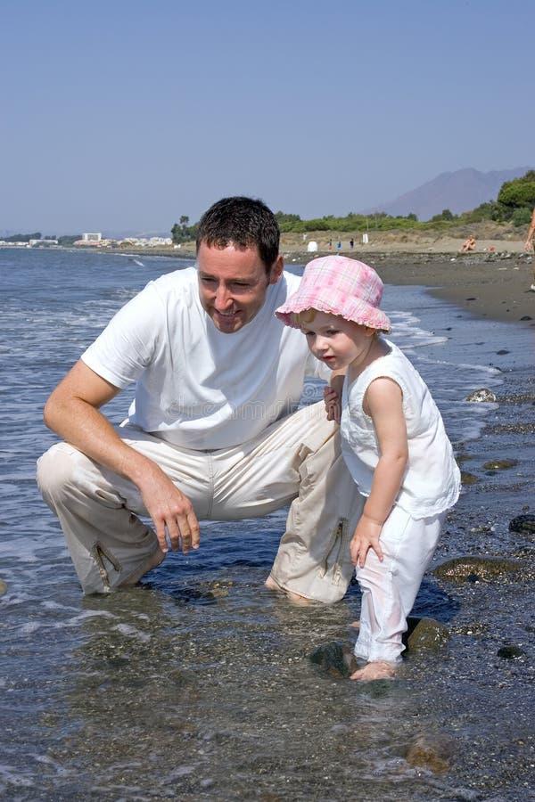 отец дочи играя море стоковые изображения rf