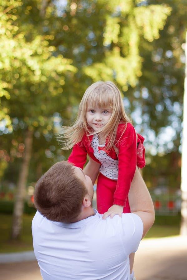 Отец держа дочь в воздухе стоковые фото