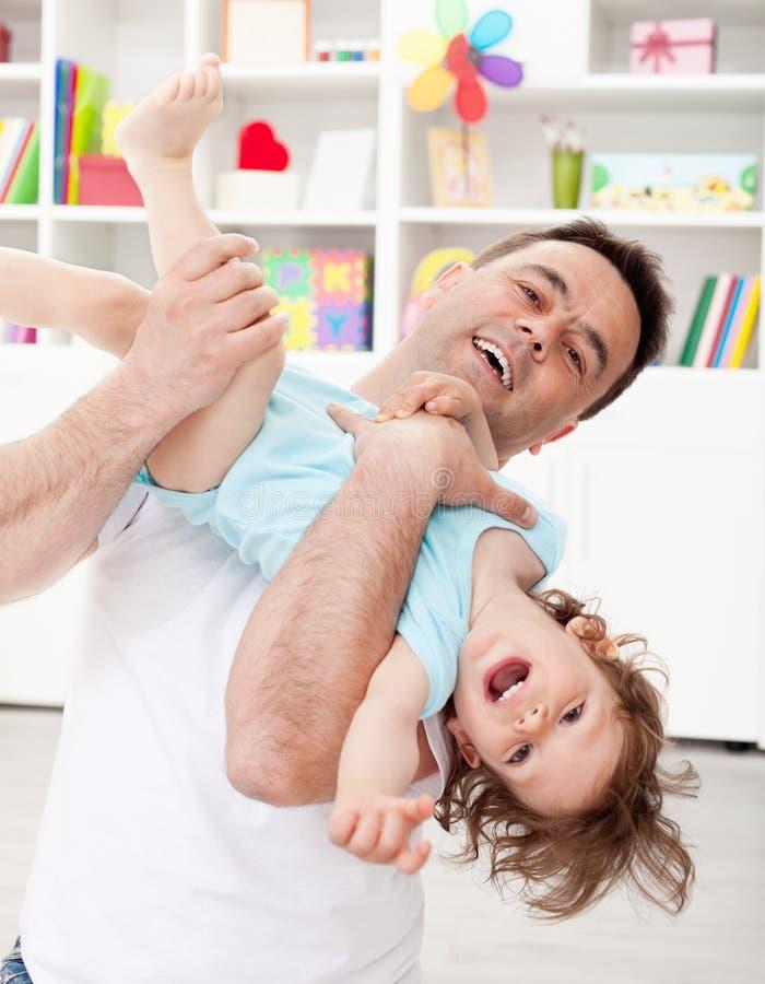 отец играя малыша сынка стоковые изображения