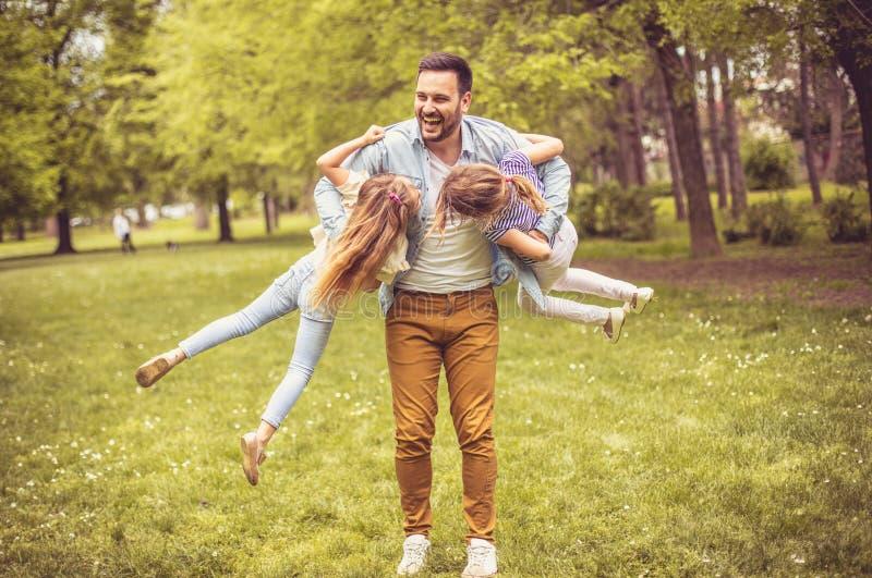 Отец играя с дочерьми стоковое изображение rf