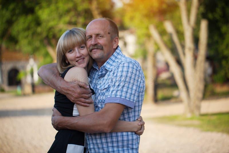 Отец и взрослое объятие дочери, счастливая семья, переплюнут стоковые изображения rf