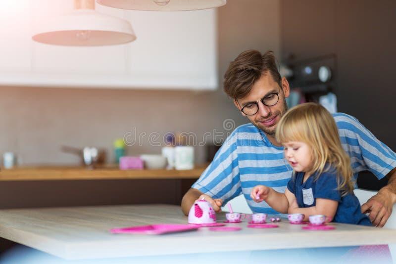 Отец и дочь имея чаепитие стоковое фото