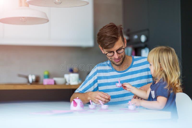 Отец и дочь имея чаепитие стоковое изображение rf
