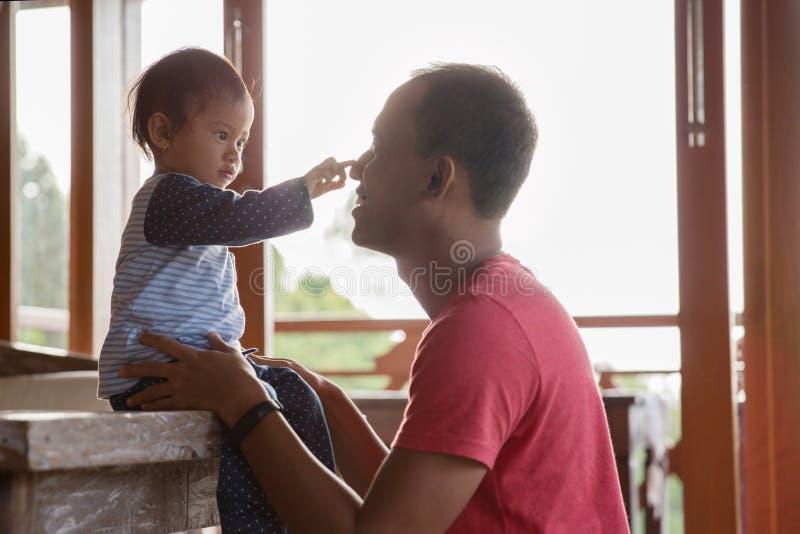 Отец и дочь наслаждаясь совместно стоковая фотография rf
