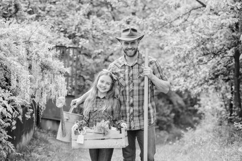 Отец и дочь на ранчо ферма семьи r Садовничая инструменты маленькая девочка и счастливый папа человека r r стоковое изображение