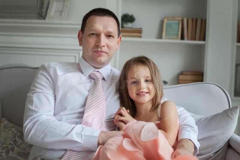 Отец и дочь, счастливая семья стоковые фотографии rf
