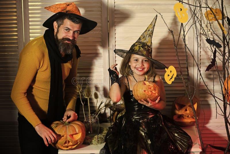Отец и дочь с оформлением хеллоуина Волшебник и маленькая ведьма стоковые изображения rf
