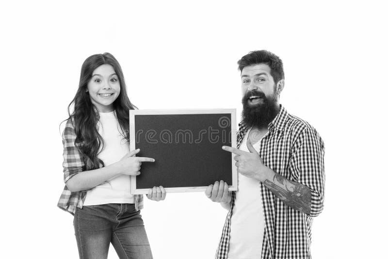 Отец и дочь указывая на пустую доску Вещи списка, который нужно сделать совместно Лучшие други ребенка и отца Родительство стоковое фото