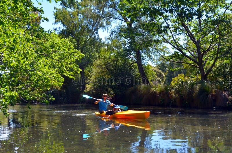 Отец и дети сплавляться на реке Крайстчёрче Эвона - Ne стоковое изображение
