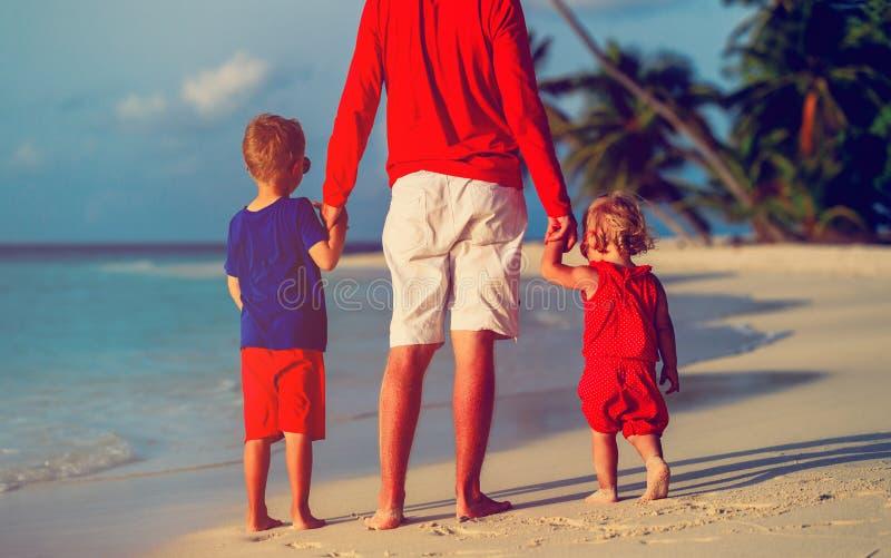 Отец и 2 дет идя на пляж стоковая фотография