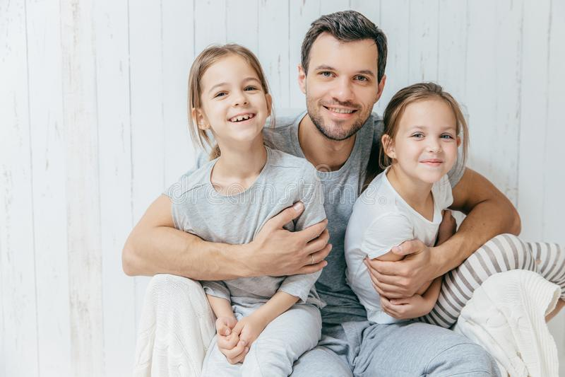 Отец и малыши Концепция отцовства Красивое небритое affectiona стоковое изображение