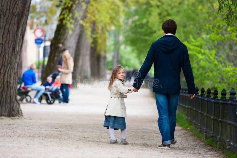 Отец и дочь в городе стоковые фото