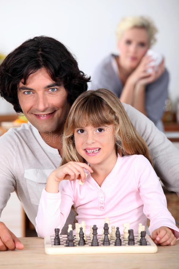 Отец и дочь играя шахмат стоковые фотографии rf
