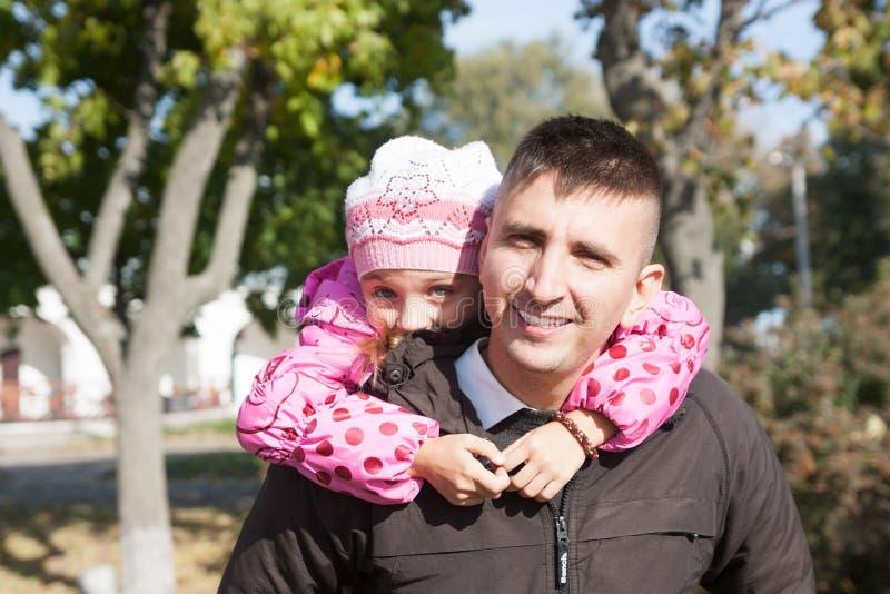 Отец и дочь и обнимать стоковое фото