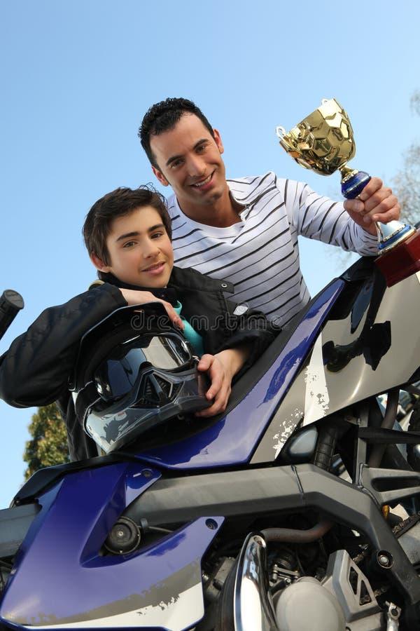 Отец и сынок держа трофей стоковое фото rf