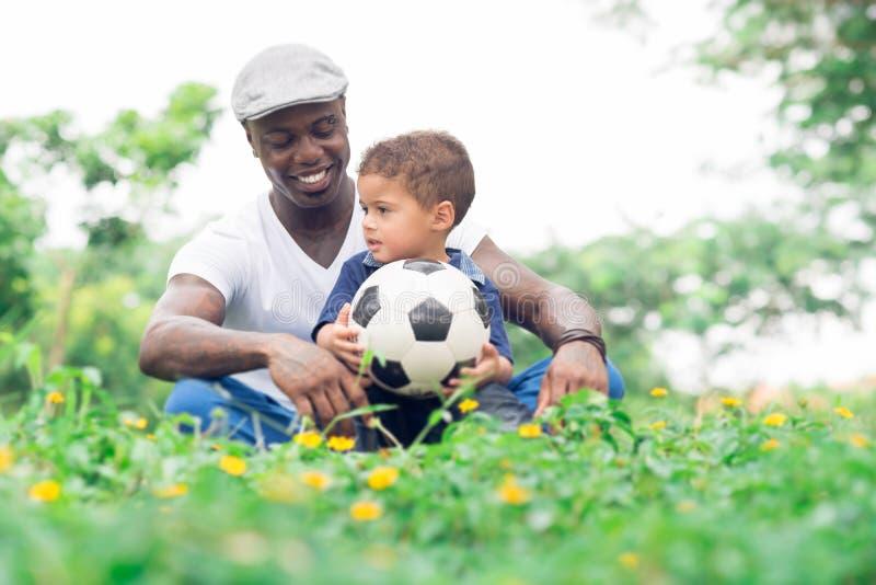 Download Отец и сынок стоковое фото. изображение насчитывающей трава - 40590074