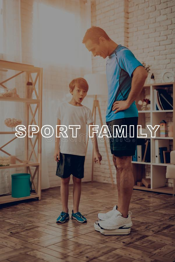 Отец и сын весят изолированная принципиальной схемой белизна спорта стоковая фотография
