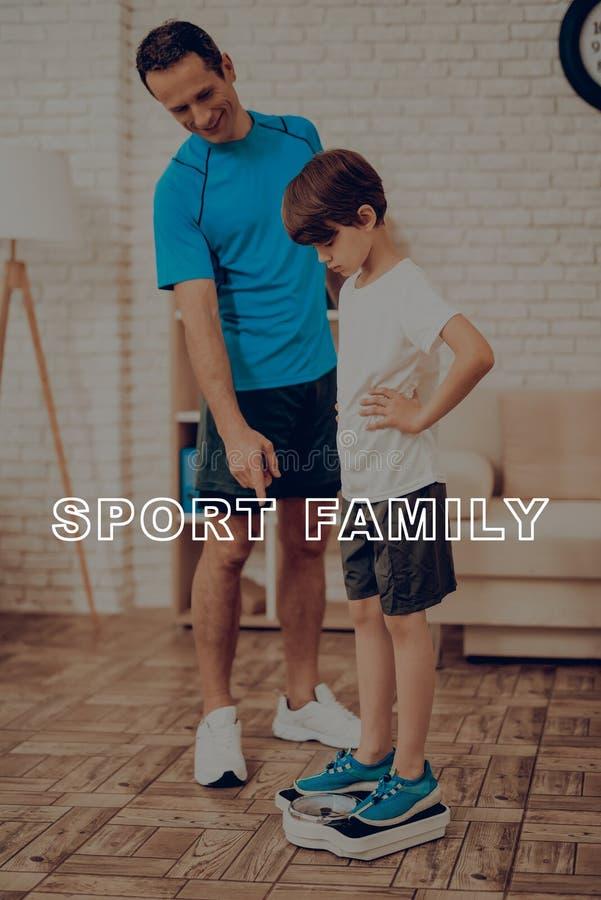 Отец и сын весят изолированная принципиальной схемой белизна спорта стоковые изображения rf