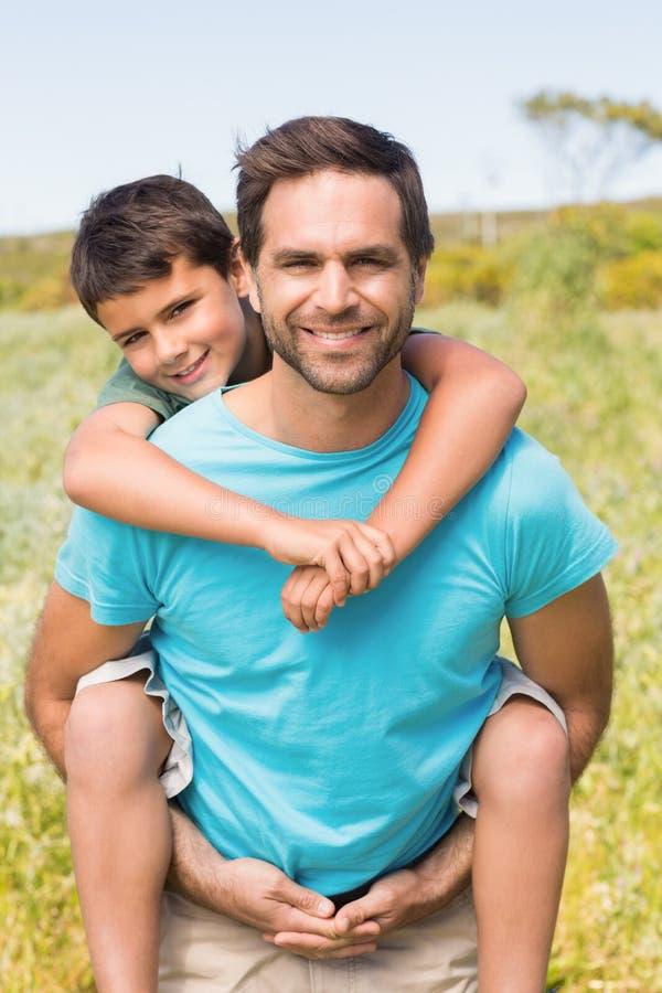 Отец и сын в сельской местности стоковые фотографии rf