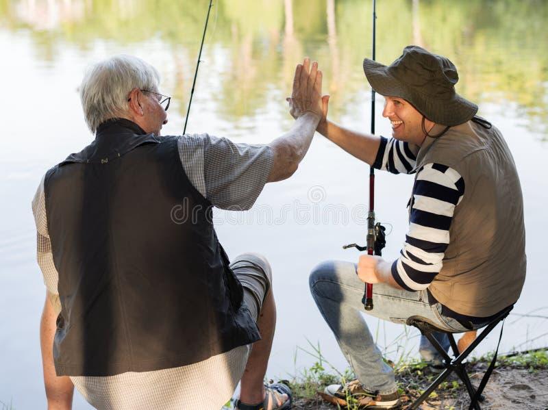 Отец и сын давая высокие 5 стоковое фото rf