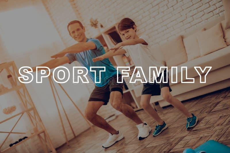 Отец и сын делают спортзал семья спорта стоковые фотографии rf