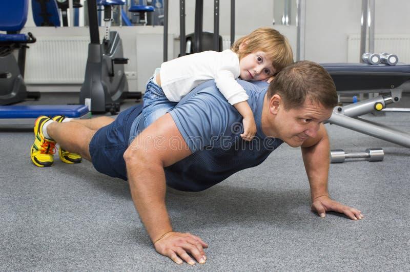 Отец и сын делают спорт стоковые изображения