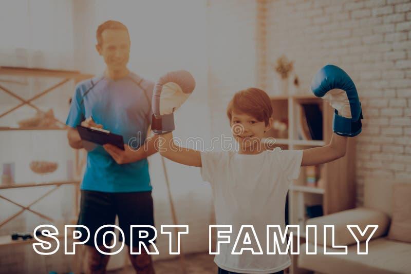 Отец и сын замечают физические результаты стоковая фотография