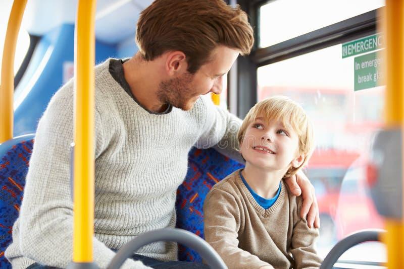 Отец и сын наслаждаясь путешествием шины совместно стоковое фото rf