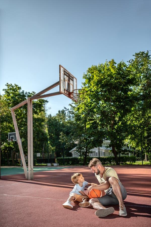 Отец и сын на баскетбольной площадке стоковая фотография rf