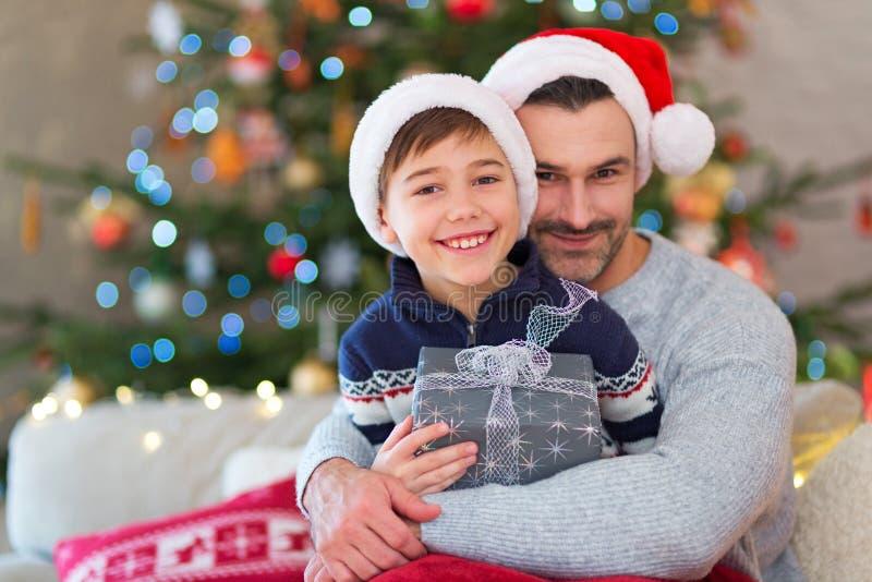 Отец и сын на времени рождества стоковые фото