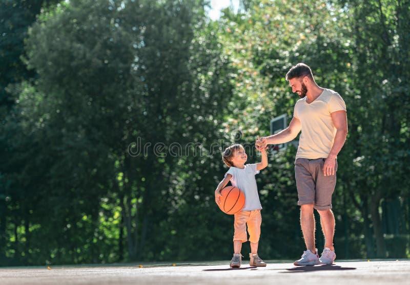 Отец и сын с шариком стоковая фотография rf