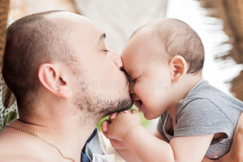 Отец и сын тратят время совместно отношение Родител-ребенка d стоковые изображения