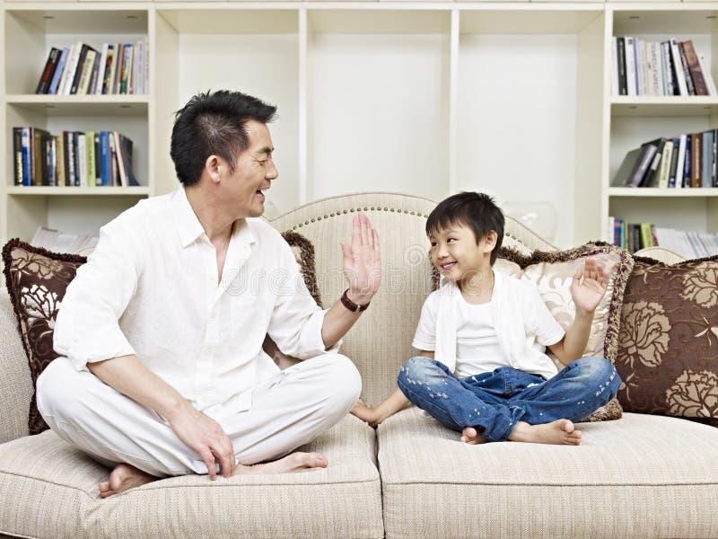 Отец и сын стоковое изображение