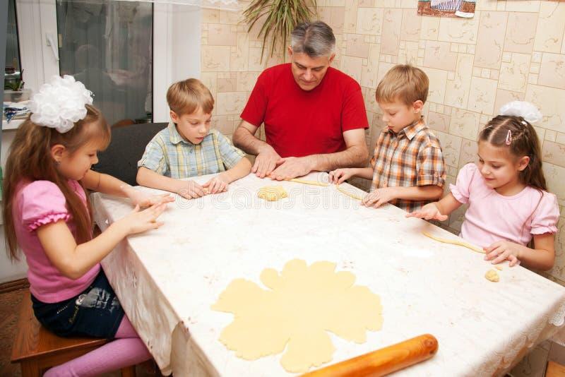 Отец и 4 дет в кухне. стоковые изображения