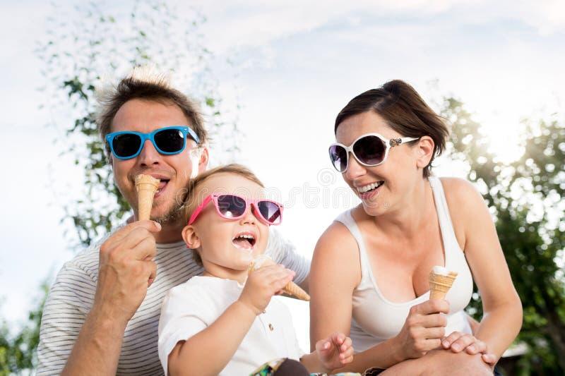 Отец, мать и сын есть мороженое, солнечное лето стоковое изображение