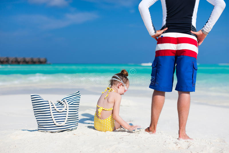 Download отец дочи пляжа стоковое изображение. изображение насчитывающей карибско - 40576545