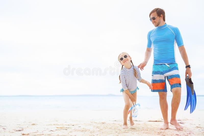 отец дочи пляжа стоковое изображение