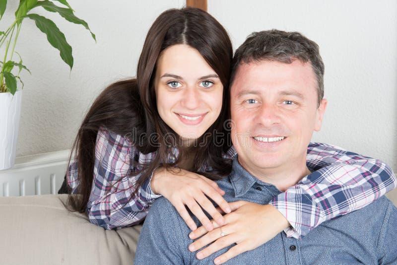 отец при его дочь-подросток имея потеху совместно стоковые изображения rf